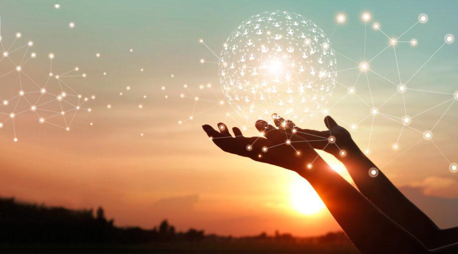 Formation Communication recherche - Mise en reseaux - Mains tenant une bulle connexions dans le ciel - soleil levant