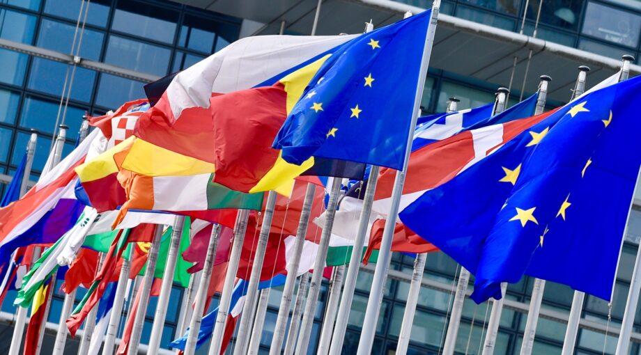 Drapeaux devant le Parlement europeen